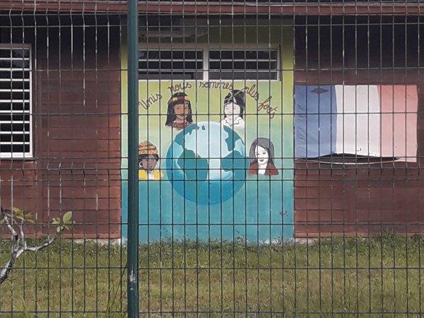 l'école de Roura avec sa peinture multi ethnique