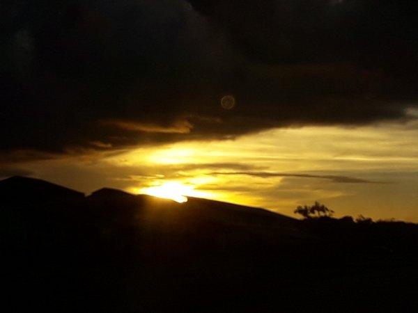 sur la route un beau coucher de soleil