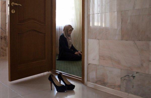 """Aicha, qu'Allah soit satisfait d'elle, a rapporté:«Le Messager d'Allah nous a ordonné la construction des mosquées dans les maisons et de les garder propres et agréables.» Il faut comprendre pas """"mosquées"""", des lieux de prières et de prosternation."""