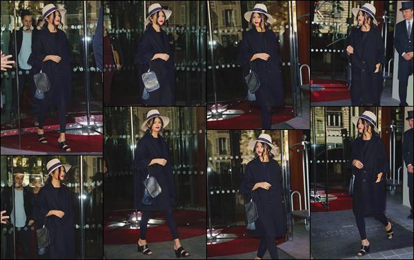 - ''-28/09/15-''- • '-Selena M. Gomez a été repérée en quittant l'hôtel « Le Royal Monceau »se trouvant dans Paris. C'est tout juste en sortant que notre artiste a été soumise aux flashs des paparazzis. Un chapeau sur la tête, j'aime son style, un bon top.
