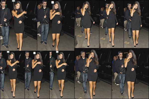 - ''-04/09/15-''- • '-Selena Gomez a été aperçue en arrivant au restaurant« The Nice Guy »dans West Hollywood. C'est dans une magnifique robe noir que nous retrouvons Selena qui sortait tout juste de sa voiture pour rejoindre le restaurant. Un top. -