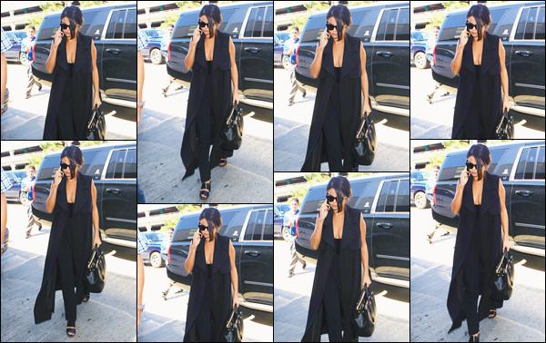 - ''-17/09/15-''- • '-Selena Gomez a été aperçue arrivant à l'aéroport international :« LAX »se trouvant dans L.A. C'est ainsi pour s'envoler direction Miami que nous retrouvons Selena qui était au téléphone durant cette sortie. Je lui offre un beau top. -