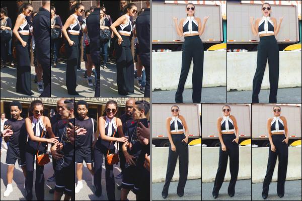 - ''-22/07/15-''- • '-Selena Gomez a été photographiée arrivant aux studios de la radio :« iHeart Radio »dans N-Y. Un peu plus tard, c'est dans les rues de Times Square que nous retrouvons notre artiste favorite qui prenait par ailleurs la pose. Bon top ! -