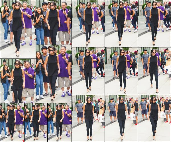 - ''-20/08/15-''- • '-Selena Gomez a été prise en photo tandis qu'elle venait juste de quitter son hôtel situé à N-Y. C'est directement entourée de fans que notre artiste a été photographiée à la sortie de son hôtel. J'aime ce total look noir, un beau top ! -
