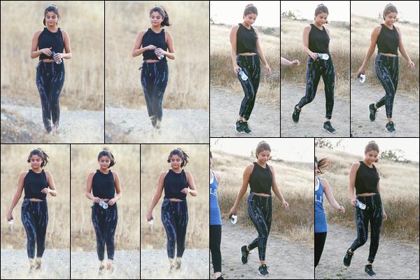 - ''-26/06/15-''- • '-Selena Gomez a été vue tandis qu'elle était en pleine randonnée dans un canyon d'Hollywood. C'est ainsi en tenue de sport que nous retrouvons notre belle brune qui faisait cette randonnée avec quelques amies. Je lui offre un top. -