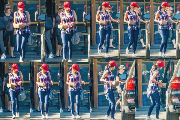 - ''-10/08/15-''- • '-Selena Gomez a été aperçue quittant le restaurant :« Pedalers Fork »se trouvant à Calabasas. C'est vêtue d'une ravissante chemise à carreau que nous retrouvons notre artiste favorite. J'aime son look assez décontracté, un bon top. -