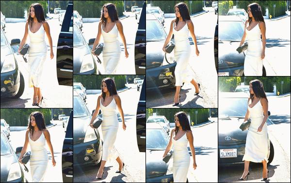 - ''-16/08/15-''- • '-Selena M. Gomez a été repérée en arrivant à une fête privée organisée par Jennifer Klein à L.A. C'est dans une ravissante robe blanche que nous retrouvons notre artiste favorite pour cette petite fête. Je lui accorde donc un beau top ! -