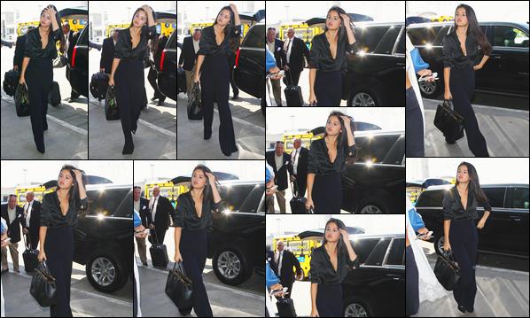 - ''-18/08/15-''- • '-Selena Gomez a été photographiée arrivant à l'aéroport international :« LAX »de Los Angeles. Notre Selena Gomez quittait alors Los Angeles pour rejoindre la célèbre ville qu'est New-York. Je suis assez fan de ce look totalement noir. -