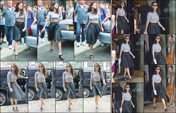 - ''-19/08/15-''- • '-Selena Gomez a été aperçue arrivant et quittant le café :« Starbucks »se trouvant dans SoHo. Plus tôt, c'est à la sortie de son hôtel que nous retrouvons notre chanteuse favorite. Je lui accorde pour sa tenue du jour un énorme top ! -