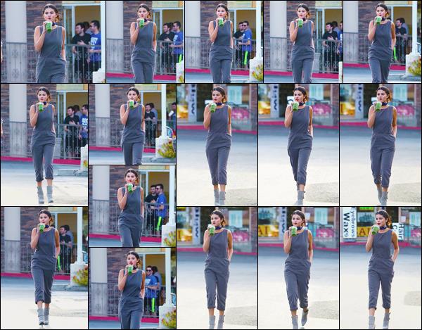 - ''-05/06/15-''- • '-Selena Gomez a été vue quittant le bar à jus de fruit :« Jamba Juice »situé à Woodland Hills. C'est ainsi vêtue d'une combinaison grise et avec sa boisson à la main que nous retrouvons notre artiste à la sortie de la boutique. Top ! -