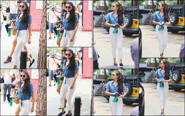 - ''-16/06/15-''- • '-Selena Gomez a été aperçue pendant qu'elle se trouvait avec Taylor Swift dans les rues de L.A. C'est ainsi durant une sortie entre meilleures amies que nous retrouvons le duo Taylena dans les rues de la cité des anges. J'offre un top. -