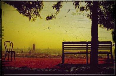 >  Regarder le monde, ce n'est pas juste s'asseoir sur un banc et le couvrir des yeux ; c'est aussi y pénétrer, s'y promener, en faire le tour.