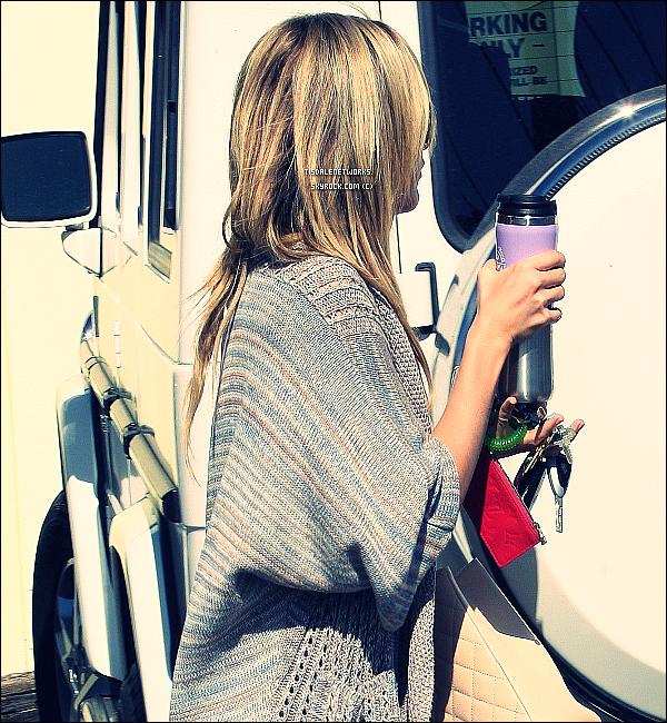 22/02/12 : Hier, Ash Tisdale a été repéré par les paparazzis quittant un studio à Burbank, Los Angeles. top / flop ?