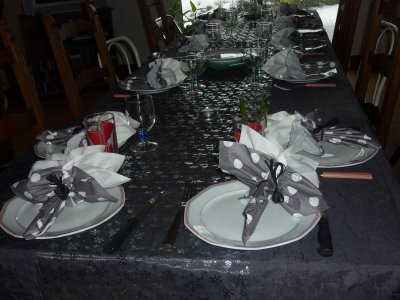 voici une deco de table en gris et blanc avec un pliage de serviettes que j'aime particulierement que j'ai fait au moment des fëtes de fin d'année