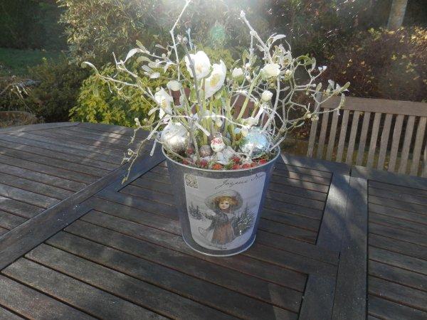"""Composition d'extérieur avec mes fleurs préférées """"des roses de Noël"""", du guy, des branchages etdes boules de Noël"""