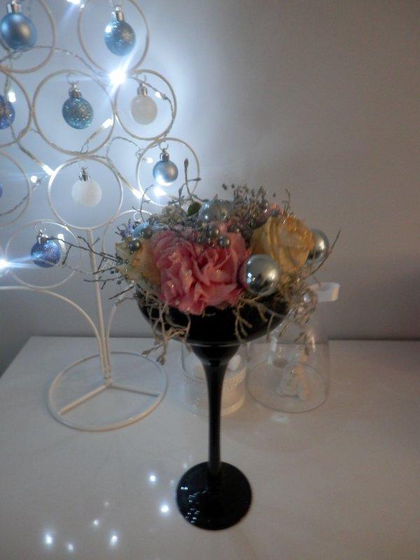 avec un reste de fleur et quelques boules de noël