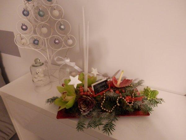 mon traditionnel centre de table avec des branches de sapin, des bougies et des paillettes