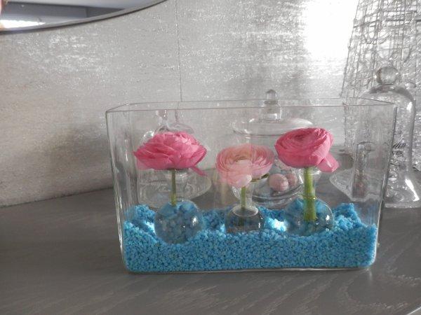 les premieres renoncules sont arrivées, mes fleurs préférées :  recipient transparent 3 fioles rondes et gravier