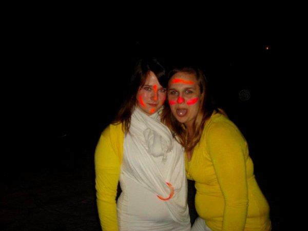 la soeurette et moi ^^    ( soirée fluo patinoire )