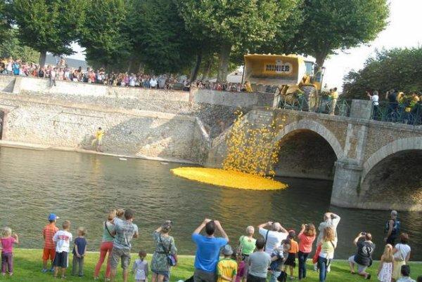 A BLOIS, 15.000 canards en plastique vont descendre la Loire.