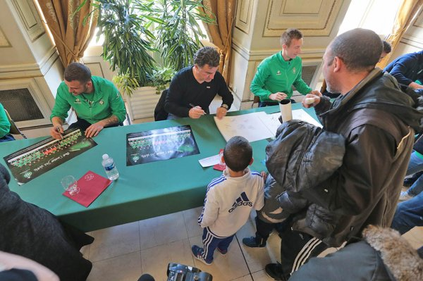 L'hôtel de ville pris d'assaut Plus d'un millier de Stéphanois se sont rendus ce mercredi après-midi à l'hôtel de ville de Saint-Etienne pour une séance de dédicaces avec l'effectif des Verts, accompagné par Roland Romeyer et Christophe Galtier.