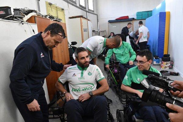 Les VERTS jouent au foot fauteuil. Quel beau geste, quel respect, tout y est pour donner un peu de bonheur à ces personnes handicapées..