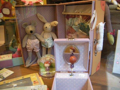 Lapin et souris avec leur garde-robe dans une belle malle ,prêts pour le départ en vacances!!