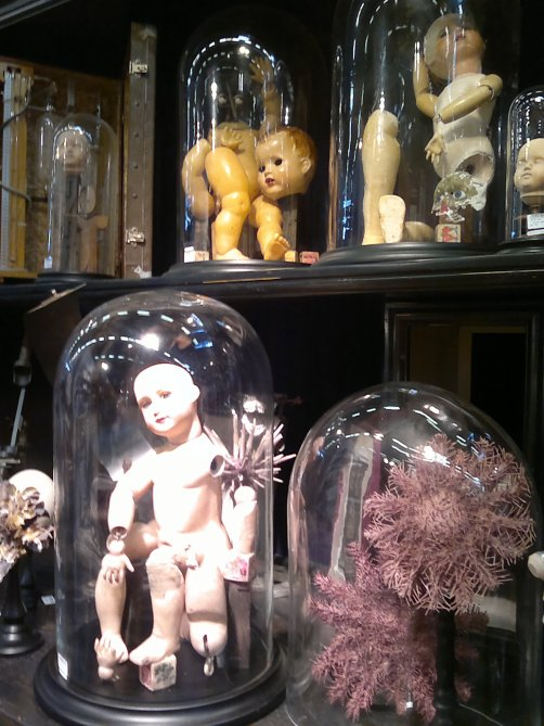 En attendant les nouveautés en images,voici une autre façon d'exposer les poupées.(Personnellement,ça me donne plutôt envie de les restaurer !)