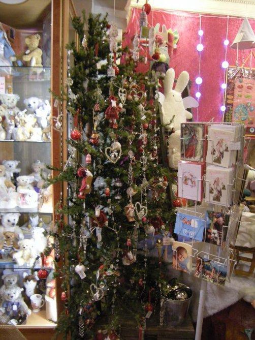 Un petit tour du coté des jouets neufs et du sapin qui attend impatiemment le passage du Père Noel.....