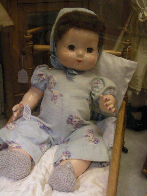 Voici la vitrine des poupées et des baigneurs plus anciens,ils ont déjà connu l'amour d'une petite maman et maintenant ils attendent qu'une nouvelle vienne les adopter..