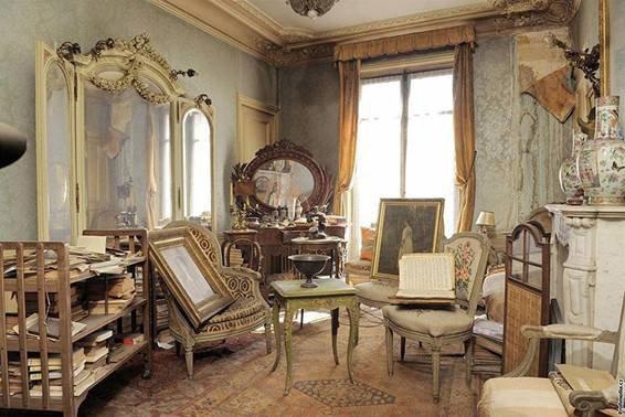 Personne n'était entré dans cet appart depuis 1942   A l'image du château de la Belle au bois dormant, où le temps s'est  arrêté…  un appartement parisien, inoccupé depuis 1942, a été découvert dans le quartier de Pigalle, juste à coté de l'église de la Trinité.   Derrière la porte, sous une épaisse couche de poussière, un appartement de 140 mètres² était à l'abandon depuis 1942, période culminante de la seconde guerre mondiale ! La propriétaire, Madame de Florian, était en réalité partie dans le sud de la France afin de fuir l'arrivée des allemands dans la capitale, un départ qui sera sans retour pour cette femme.  Suite à son récent décès, à l'âge de 91 ans, les huissiers chargés de dresser l'inventaire de ses biens, ont donc découvert un véritable trésor figé dans le temps depuis 70 ans.     Personne n'était entré dans cet appartement depuis 1942.  Tout était couvert de poussière, mais parfaitement préservé.