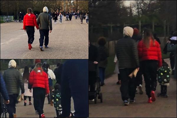 - 20/02/2021 - Suki  a été photographier en se promenant tenant la main de son petit ami dans Londres !-