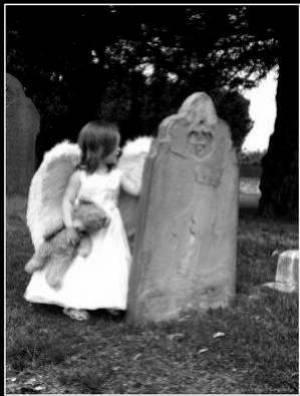 Ptit ange dans un cimetière