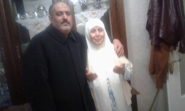 Je suis connu comme Raad et ma mère Fatima lève les mains pour prier Dieu Tout-Puissant de me sauver de tout mal