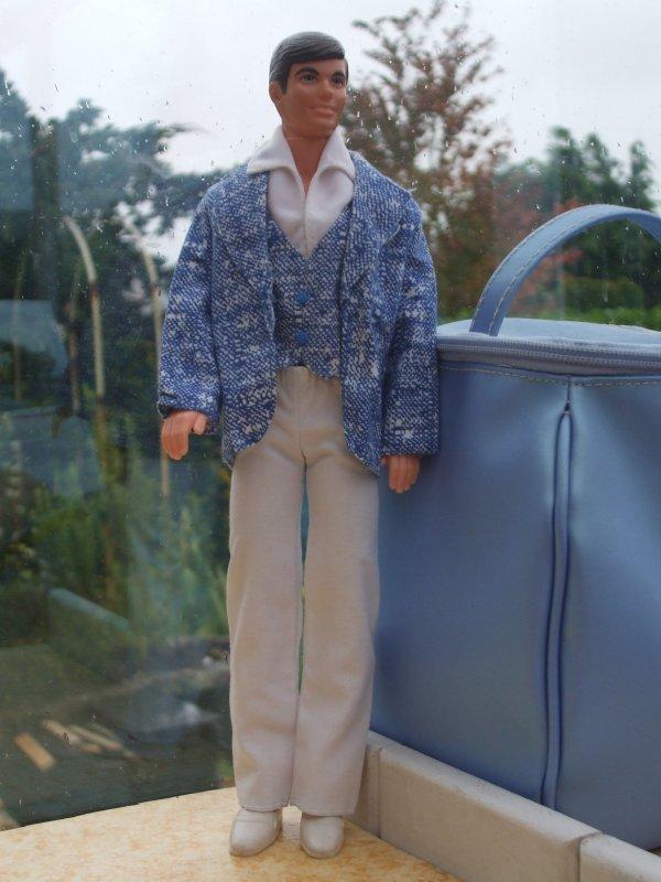 En 1977, Ken joue le dandy !