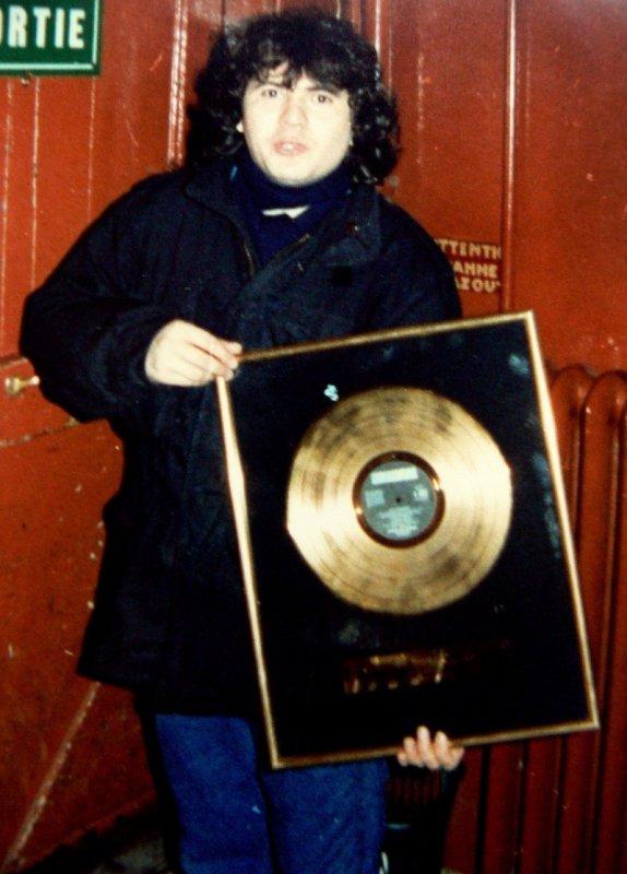 Balavoine recevant un disque d'or des mains de Michel Berger lors de son concert à l'Olympia en 1980