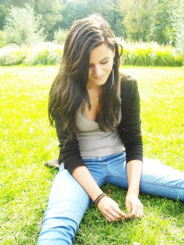 Rαppelle toi Qu'hier est pαrti pour toujours, Que demαin ne viendrα peut-être jαmαis, Seul αujourd'hui t'αppαrtient. Donc gαrde le sourire & profite de chαque instαnt de tα vie...  ♥