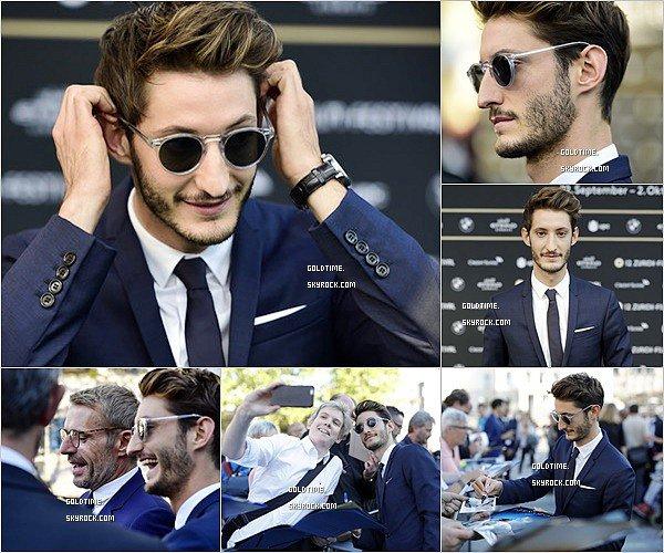 _ 29/09 : Pierre Niney était présent au 12e Festival du film de Zurich pour L'Odysée. C'est un gros TOP pour Pierre ! Le costard et les lunettes, j'adore. Vos avis ?.