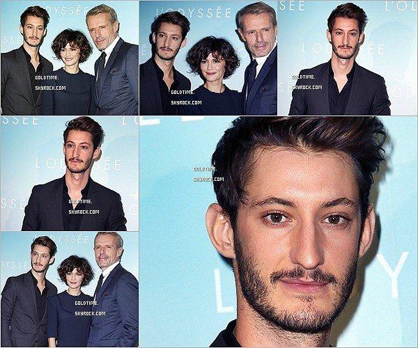 _ 3/10 : Pierre Niney et le casting à la première de L'Odyssée à Paris à l'UGC Normandie. C'est encore un TOP pour Pierre ! Ce total look black lui va très bien. Vos avis ? .