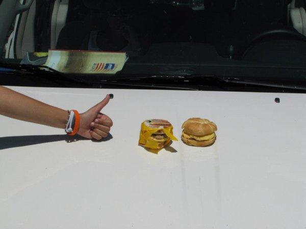 On réchanffe notre repas sur le capos de la voiture ! C'était pas bon du tout !!!