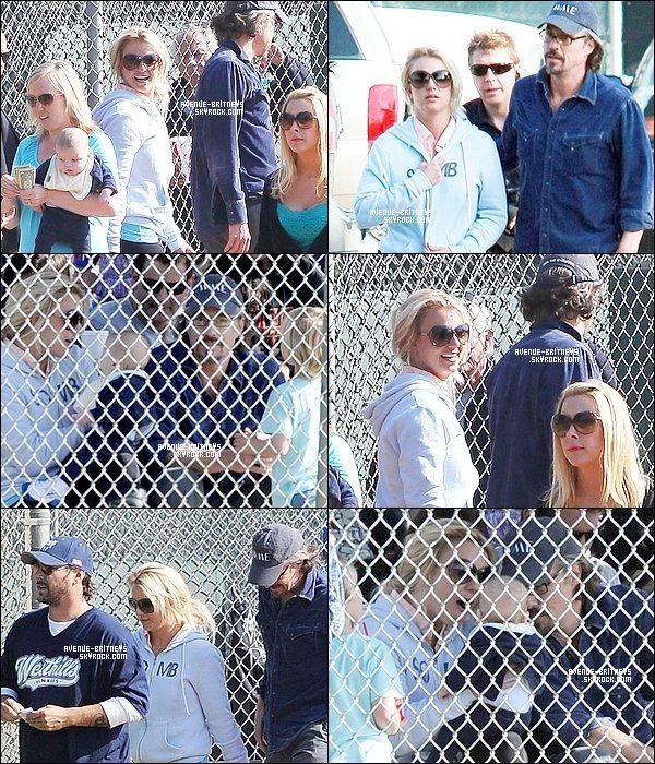 ♦CandidsBritney et Jason, ce matin, ont été chercher Sean à un match. Sur les photos on peut voir Kevin et on voit également Britney avec le bébé de la dernière fois.