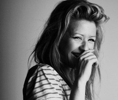 Un sourire peut cacher bien des peines.