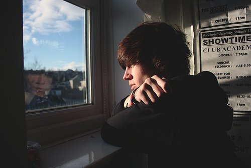 Ce garçon assis dans un coin, quinze ans, la tête dans les mains, premier amour, premier chagrin, comme le shampoing, la formule deux en un.