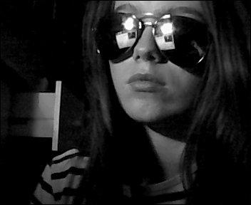 Derrière ses lunettes se cache une tristesse .. ♥