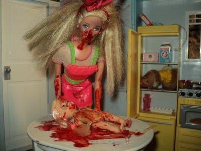 Toute la violence que j'ai dans le crane je l'expose via mes Barbies