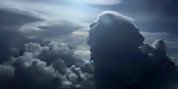 Un nuage sous forme de visage dans le ciel BONJOUR  LES AMIES     LES NUAGES  AVEC DES FORMES  PEUT ETRE  CEUX QUI NOUS ONT QUITTER VIVE DANS LES NUAGES  BISOUS TONY