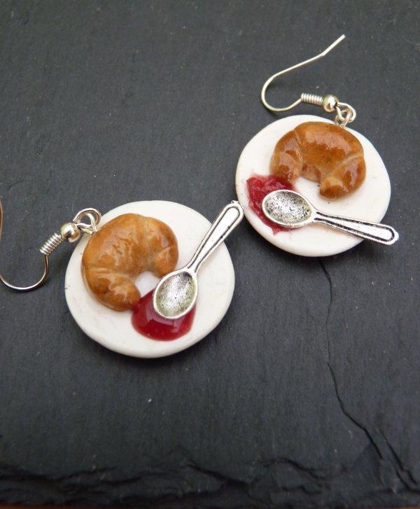 Assiette avec croissant et gelée à la framboise. (Les assiettes sont en fimo).