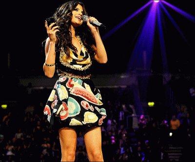 DIMANCHE 6 NOVEMBRE : BELFAST, IRLANDE Selena était la maitresse de cérémonie des MTV Europe Music Awards 2011 . Mon avis? J'ai vu tout en direct sur MTV et elle etait vraiment magnifique , rayonnante vraiment très belle prestation était Wouaw je n'est attendue que sa pendant toute l'émission sa en valait la peine ... Du coups je me suis coucher super tard réveiller super tard et arrive en retard au collège xD mes Bon j'adore et vous?