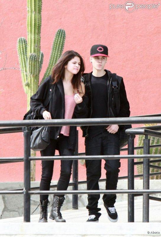 Le joli couple Justin Bieber et Selena Gomez à l'aéroport de Mexico le 6 décembre 2011