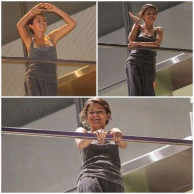 Selena a été vue saluant ses fan du haut de son hotel à Lima ou elle a aussi donné un concert le 1er Février.